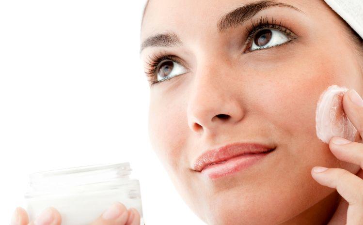 Почистващи продукти за лице – защо е важно да ги използваме
